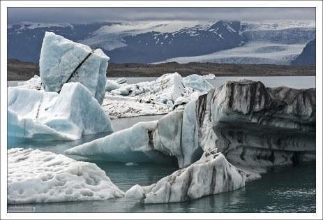 При опрокидывании большие айсберги захватывают со дна песок или камни, отчего тоже возникают пятна и слои темного цвета.