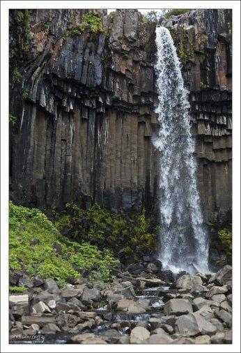 Свартифосс окружён необычными шестигранными колоннами темной лавы, откуда и возникло его название – «Чёрный».