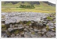 "Kirkjugólf - буквально ""церковный пол"". 80 метров столбчатых базальтовых каменных плит."