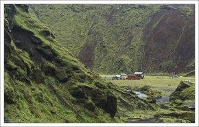 Несколько сосновых избушек в кемпинге Þakgil.