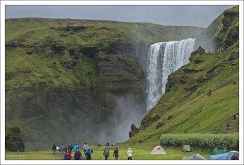 Очень складный и фотогеничный водопад Скоугафосс (исл. Skógafoss).