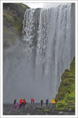 Skógafoss – один из самых больших и красивых водопадов Исландии, шириной 25 метров и высотой падения воды 60 метров.