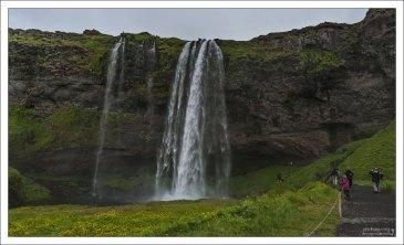 Обычный с виду водопад Сельяландсфосс (исл. Seljalandsfoss).