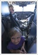 Пилоты пригласили Сашу в кабину.