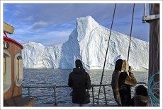 Туристы в традиционном наряде эскимосов.