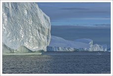 С айсбергов постоянно отваливаются куски льда, бывает, что размером больше самого корабля.