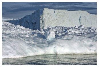 Ближайшие к Илулиссату айсберги сидят на мели.