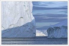 """Айсберги всегда мешали и угрожали мореплаванию в приполярных широтах. Говорят, что именно здесь народилась та снежинка, ставшая через 10 тысяч лет айсбергом, который потопил """"Титаник""""."""