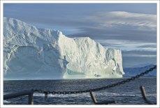 Огромные куски – даже поля – льда откалываются и, подхваченные морскими течениями, уносятся в океан (известны случаи встречи с гренландскими айсбергами на 36° северной широты).