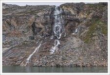 Пролив Ataa Strait, окруженный водопадами.