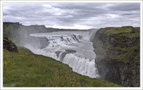 Гюдльфосс (исл. Gullfoss — «Золотой водопад») необычной треугольной формы.