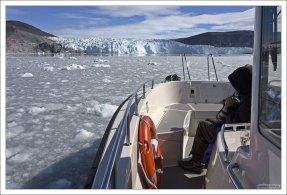 Катер Targa отдыхает перед ледником.
