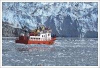 Яркая окраска судов позволяет хорошо их различать на фоне льда.