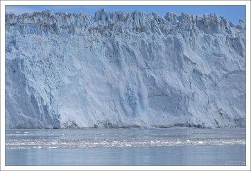 Ледник Эки рождает очередной айсберг.