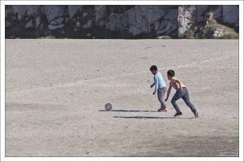 Гренландия не является членом ФИФА, т.к. ее футбольные поля не соответствуют правилам.