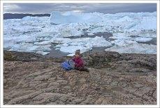 """Саша рядом с пометкой """"синей тропы"""" вдоль фьорда."""