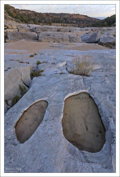 Известняк возле реки Педерналес подвергся эрозии речным потоком и приобрел множество красивых и интересных форм, включая канавки, выбоины и размытые трещины.