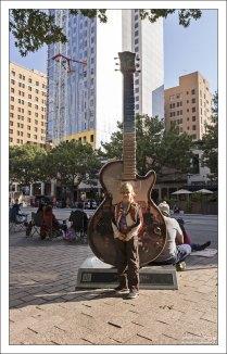 "Скульптура ""Шестиструнка"" - ""Sixth String guitar"" by Randy Rudman."