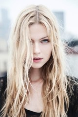 blonda-frumoasa-cu-par-lung
