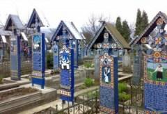 Cimitirul-Vesel-localitatea-Sapanta-Maramures