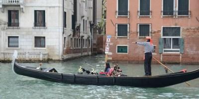 selfie-stick-turist-venice-italiy-wide