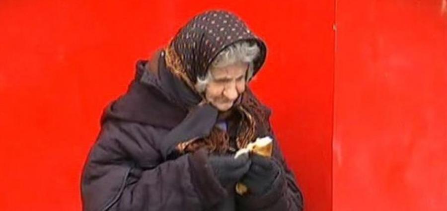 Are o pensie de … atentie!!!! 120 de lei si un fiu cu handicap, pe care trebuie sa-l ingrijeasca. De unde bani?? La 84 de ani, mamaia Leontina cerseste ore in sir in frig ca sa faca rost de bani pentru a-si ingriji fiul bolnav.