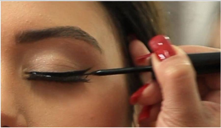 Cum aplicam eyeliner-ul lichid? Trebuie sa stii aceste trucuri!