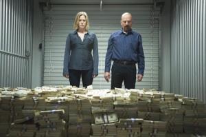 """Personagens da série """"Breaking Bad"""" olhando para uma pilha de dinheiro"""