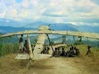 Avião de madeira com nativos do Pacífico