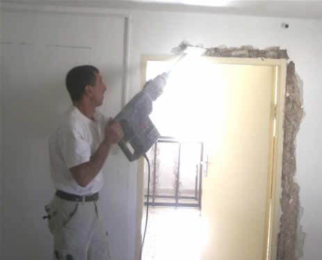 Martello pneumatico, video muro