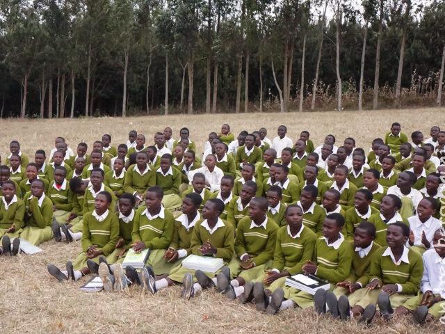 Concerti e balli con gli studenti di Mapanda (Video)