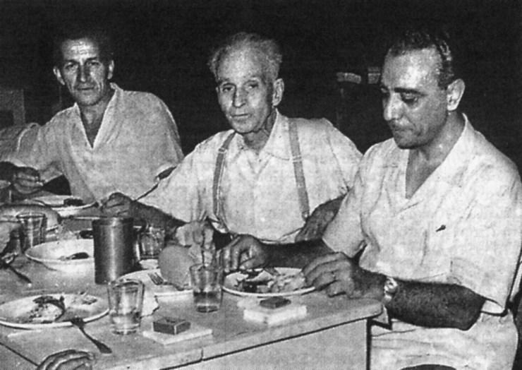 Από αριστερά ο κριτικός Μ. Παπαϊωάννου, Κώστας Βάρναλης, Στρατής Τσίρκας