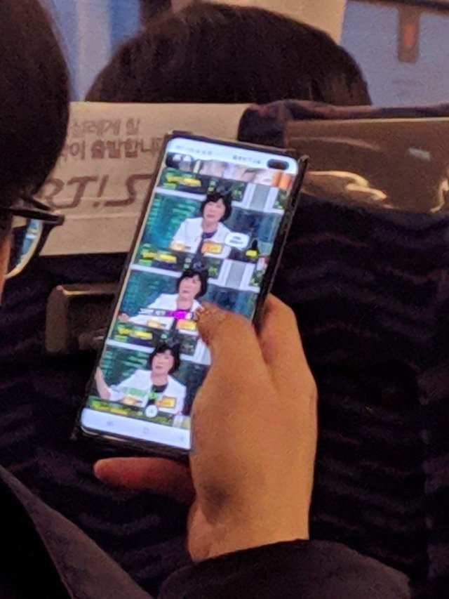 galaxy-s10-plus-gespot-in-bus-zuid-korea