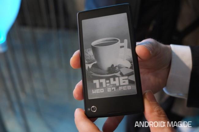 Auf der Rückseite des Gerätes ist ein E-Ink-Display verbaut. Foto: androidmag.de