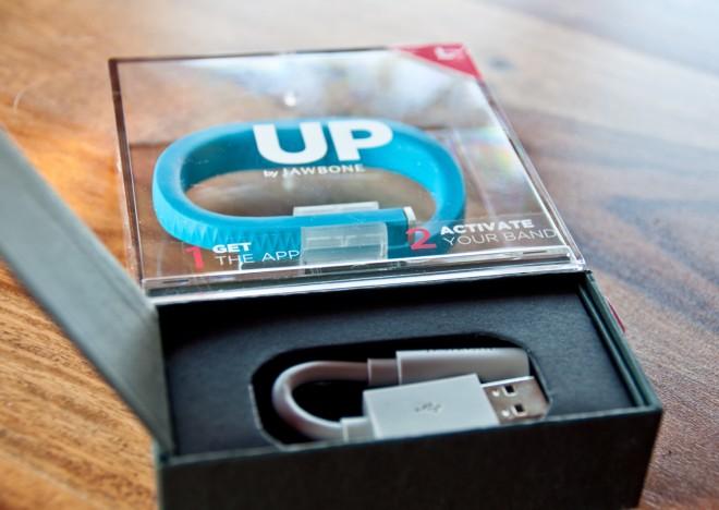 Jabbone UP Verpackung mit USB-Ladekabel