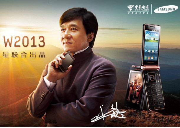 Jackie Chan scheint das Klappkonzept, das Samsung neu aufleben lassen will, zu gefallen.