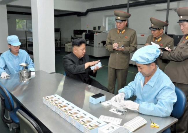"""In einer Fabrik lässt sich Kim Jong-un das """"Arirang"""" vorführen"""