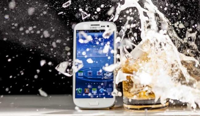 Die spezielle wasser- und schockresistente Beschichtung von Liquipel soll Smartphones vor Schäden durch Wassereinwirkung und Stürzen schützen. Foto: Liquipel.