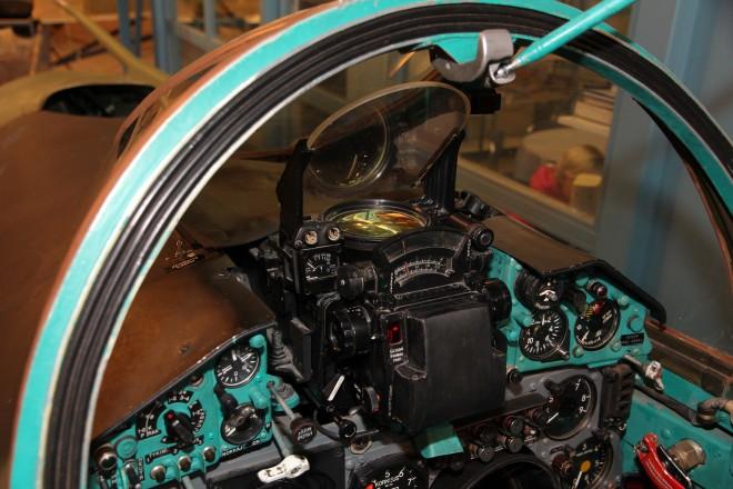 """Das HUD der Mikojan-Gurjevitch MIG-21 konnte dem Kommandanten zusätzliche Informationen zu den """"vor seinen Augen"""" befindlichen Luftfahrzeugen liefern (Bildquelle: Wikipedia Commons: MKFI)"""
