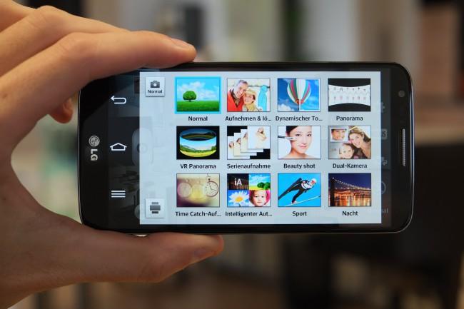 Direkt oberhalb der prominent platzierten Lautstärke-Wippe befindet sich auf der Rückseite des G2 die 13 Megapixel-Kamera mitsamt LED-Blitz. So wie das HTC One besitzt das LG G2 einen optischen (also physischen) Bildstabilisator, der Vibrationen und Ruckler reduziert und so für verwackelungsfreie Fotos und weniger ruckartige Videos sorgt.