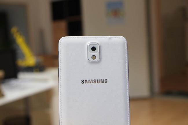 Samsung verpasst der rückseitigen Abdeckung einen edlen Leder-Look. Gefertigt wird sie allerdings nach wie vor aus Polycarbonat.
