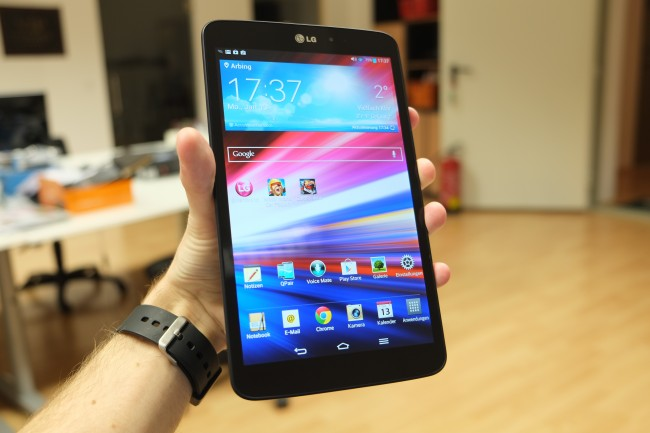 LG hat mit der Größe des G Pad 8.3 genau ins Schwarze getroffen: trotz eines großen Displays  liegt es hervorragend in der Hand, die Alu-Rückseite vermittelt zudem einen edlen Eindruck.