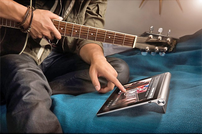 Klappen wir den Standfuß aus, liegt das Tablet leicht schräg, was das Tippen auf der virtuellen Tastatur und die allgemeine Bedienung stark erleichtert.