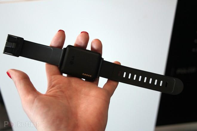 Auf der Rückseite sind eine Reihe von Kontakten zu sehen: Wird mit diesen die LG G Watch aufgeladen? (Bild: Pocket-Lint)