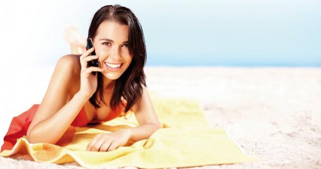 Das Telefonieren vom Strand in Italien oder Griechenland mit den Angehörigen zuhause wird nun deutlich billiger. (Foto: iStockPhoto/shapecharge)