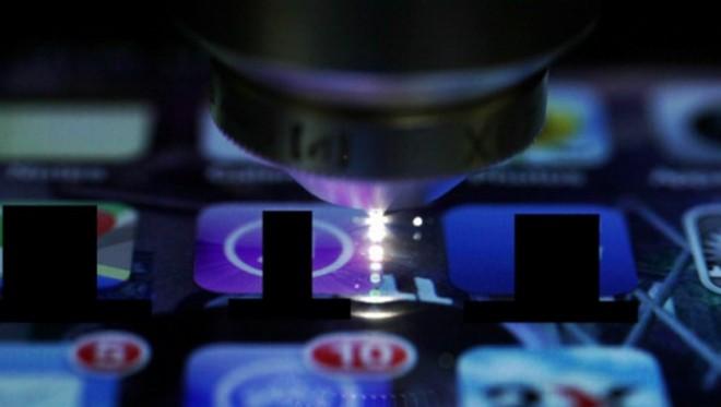 Der spezielle Laser beim Auftragen der Strukturen (Bild: Optics Infobase)