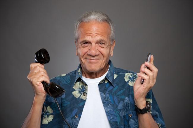 Opa bekommt ein Handy und kann sein Festnetztelefon endlich abmelden (Foto: shutterstock [Straight 8 Photography])