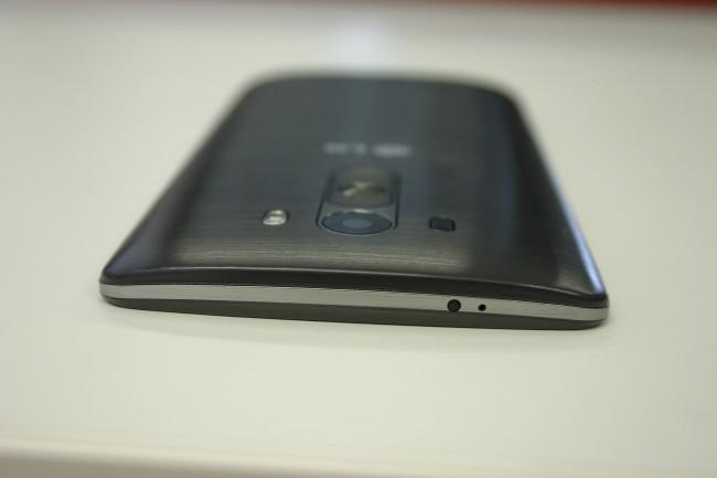 """""""Floating Arc Shape"""" nennt LG die geschwungene Form des G3. Das Ergebnis liegt sehr gut in der Hand und erinnert damit stark an das HTC One (M8)."""
