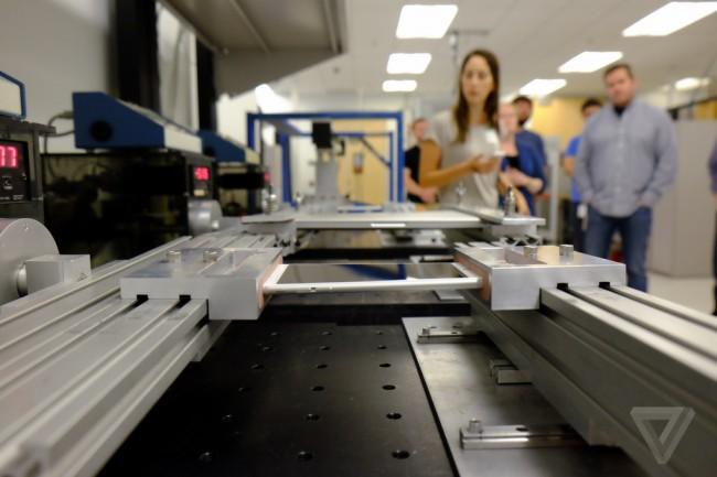 Im Labor wird das neue iPhone auch in die entgegengesetzten Richtungen verdreht. (Foto: TheVerge)