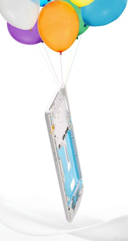 Mit den Luftballons soll das geringe Gewicht des Smartphones verdeutlicht werden. (Foto: Weibo)